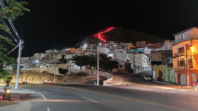 Jacobina: Escadarias do Cruzeiro são iluminadas em lembrança à Paixão de Cristo