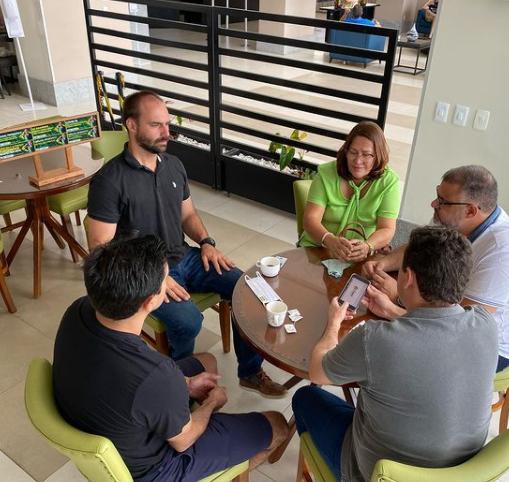 Filho de Bolsonaro visita Bahia e reúne-se com Prefeita de Juazeiro