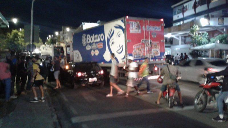 Caminhão atinge carro na Praça 2 de  Julho em Jacobina