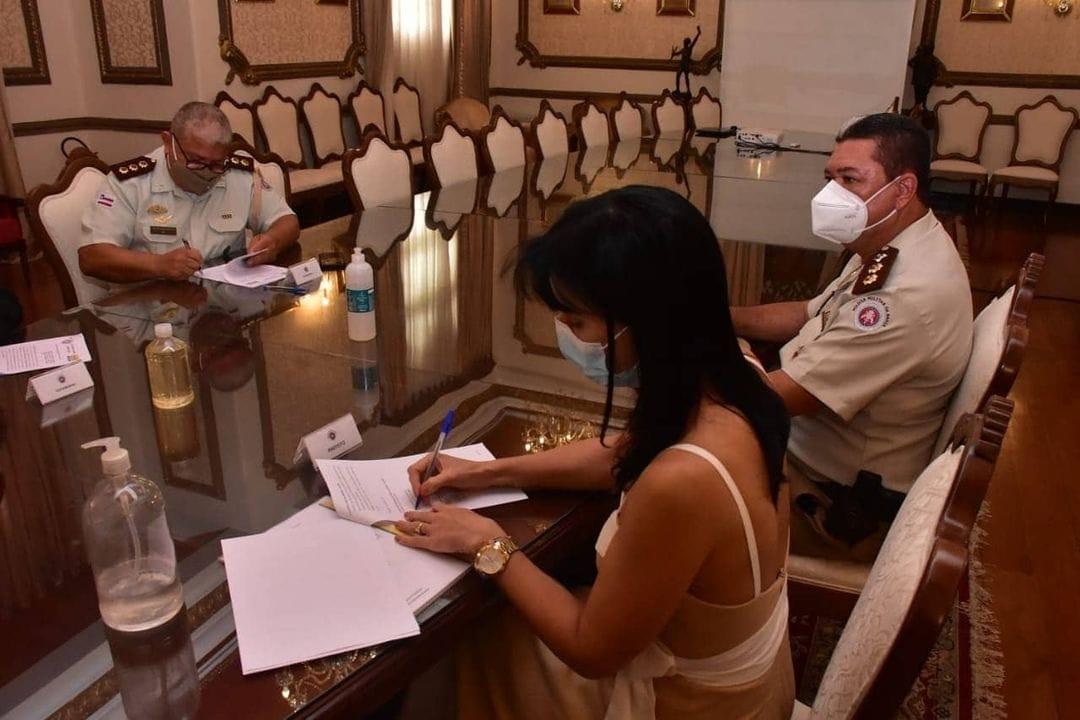 Prefeita Juliana Araújo assina termo de cooperação para implantação de Colégio da Polícia Militar em Morro do Chapéu