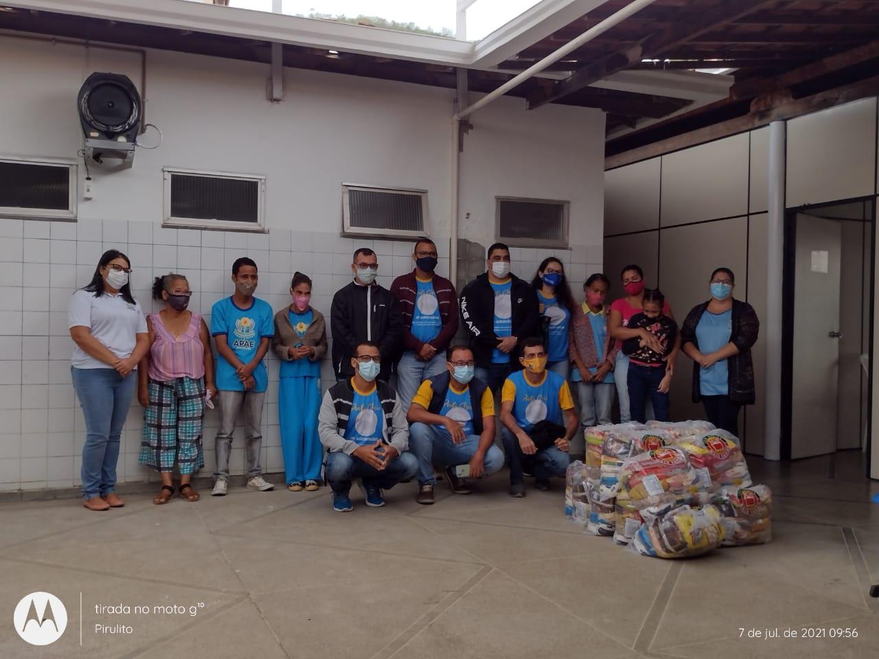 Grupo J.Sidney de Comunicação oferta cestas às famílias atendidas pela APAE por meio do Projeto Prato Cheio de Solidariedade